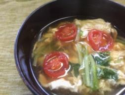 そらまめ豆苗とミニトマトの卵とじ汁